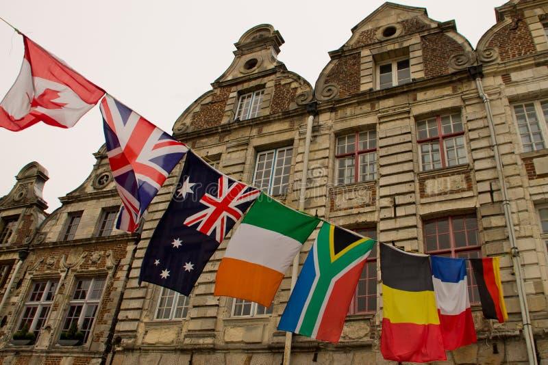 在花大厦前面的旗子 免版税库存照片