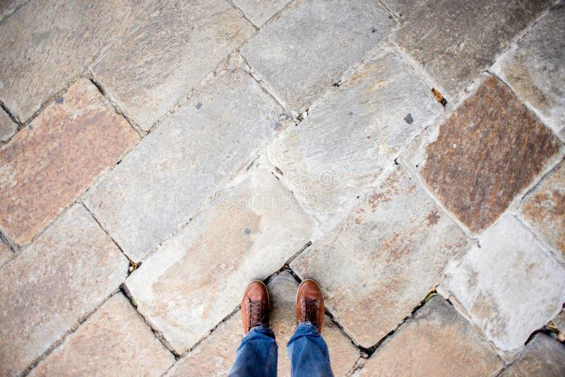 在花岗岩地板纹理背景的脚 库存照片