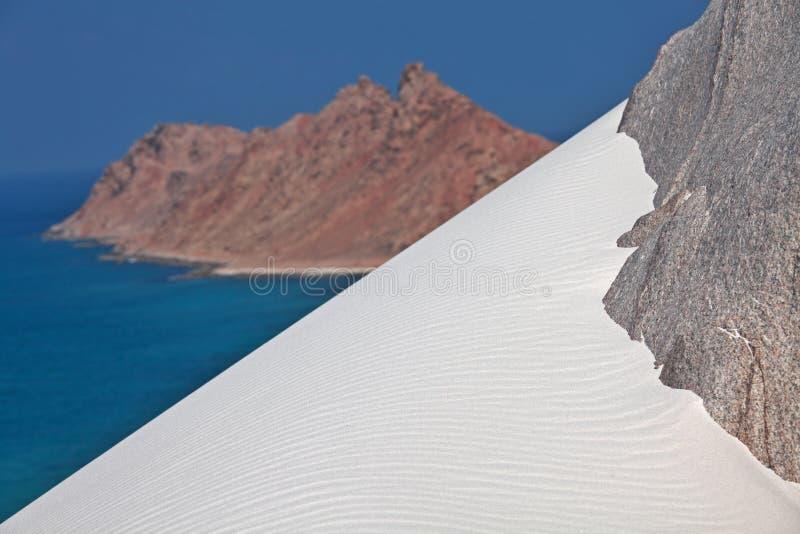 在花岗岩岩石的白色沙丘 图库摄影