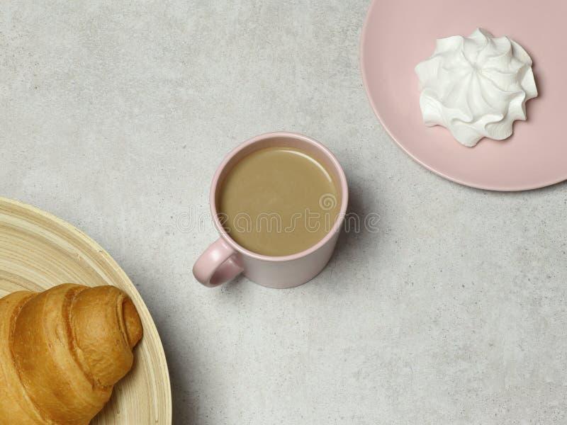 在花岗岩桌上的笔记本、木铅笔和磨削器、咖啡,蛋白软糖和白色地板 库存图片