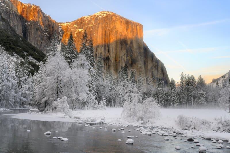 在花岗岩的Alpenglow在优胜美地谷锐化 免版税库存照片