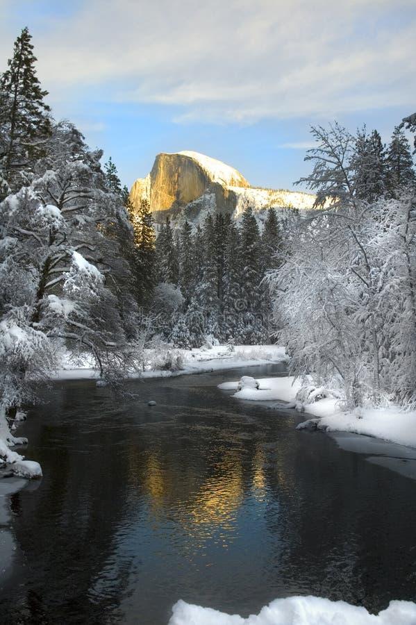 在花岗岩的Alpenglow在优胜美地谷锐化 免版税库存图片