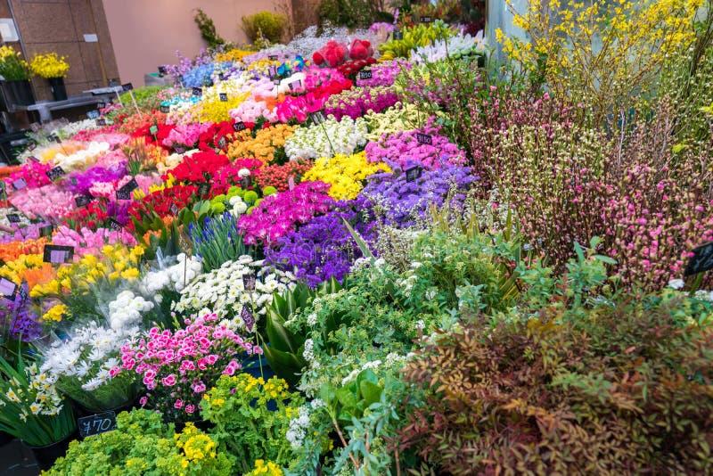 在花店的很多花在Kuromon Ichiba市场鱼市,大阪,日本上 免版税图库摄影