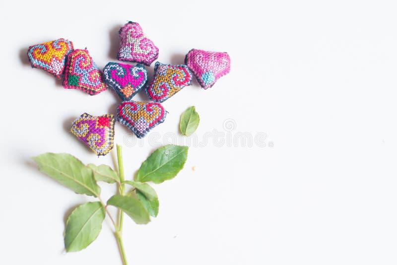 在花形状的手工制造缝合的心脏为情人节,婚礼那天 库存照片