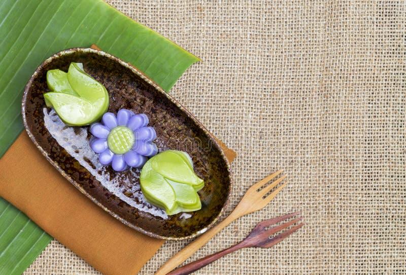 在花形状的泰国夹心蛋糕在设计陶瓷板材 免版税库存图片