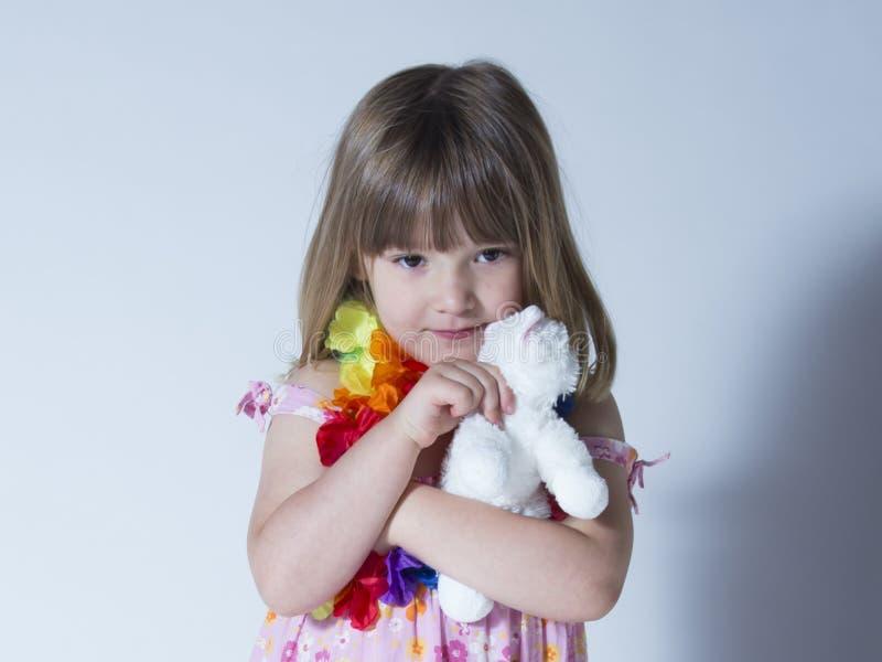 在花服和丝绸花诗歌选穿戴的俏丽的女孩水平的画象 免版税库存照片