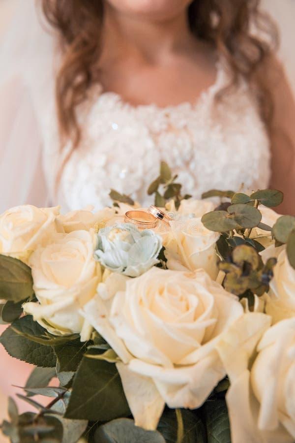 在花束的结婚戒指 免版税库存照片