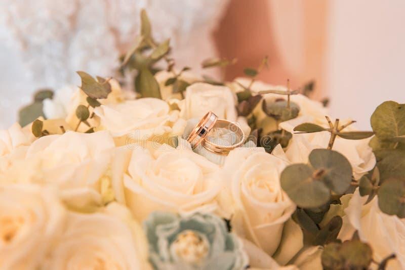 在花束的结婚戒指 库存图片