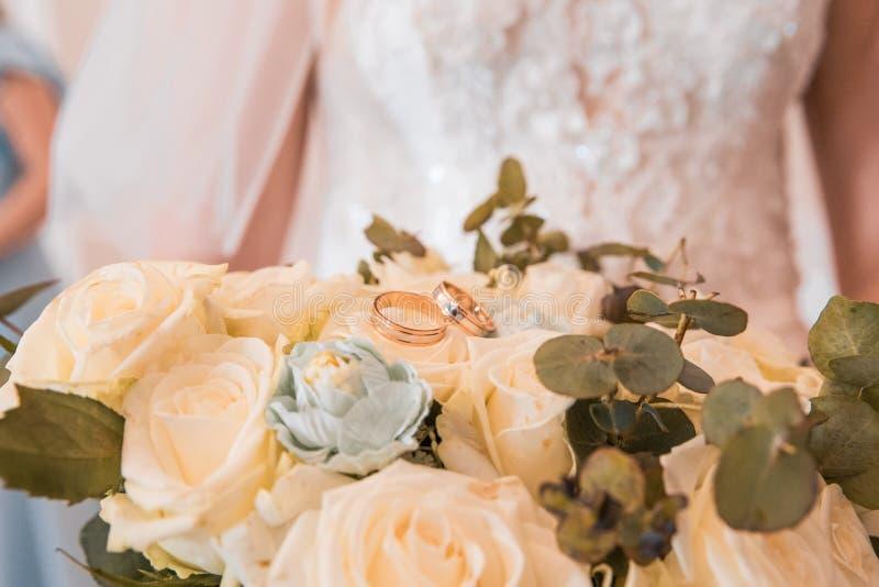 在花束的结婚戒指 免版税库存图片