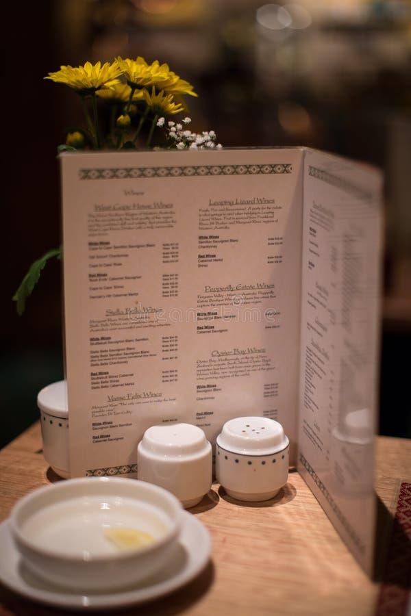 在花梢土气餐馆的晚餐菜单 免版税库存图片