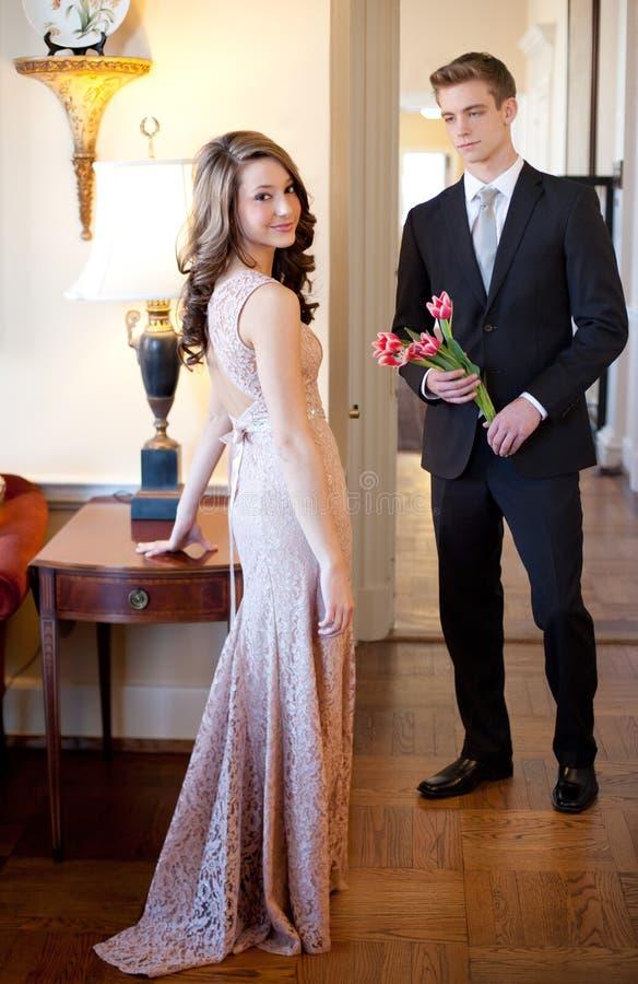 在花梢衣物的青少年的夫妇 免版税图库摄影