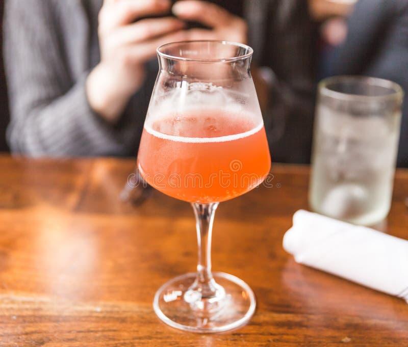在花梢玻璃的Kombucha饮料在餐馆 免版税库存图片