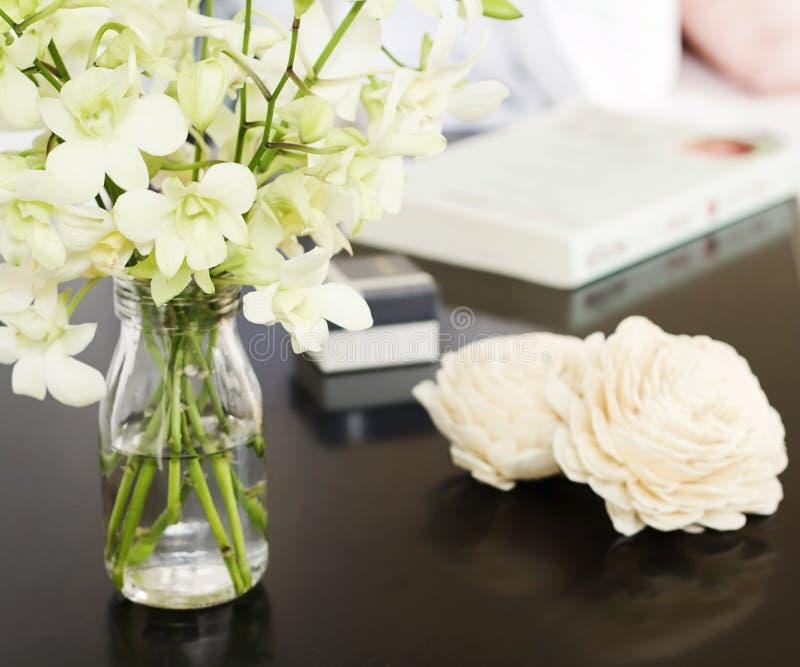在花瓶的兰花在俏丽的床头柜上摆正 库存照片