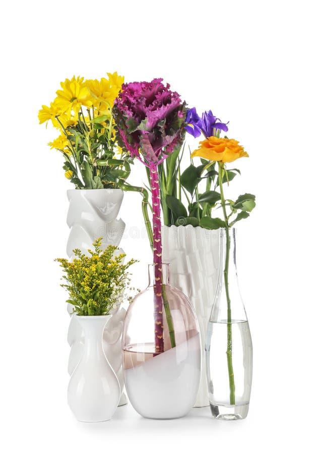 在花瓶的各种各样的美丽的花在白色背景 免版税图库摄影