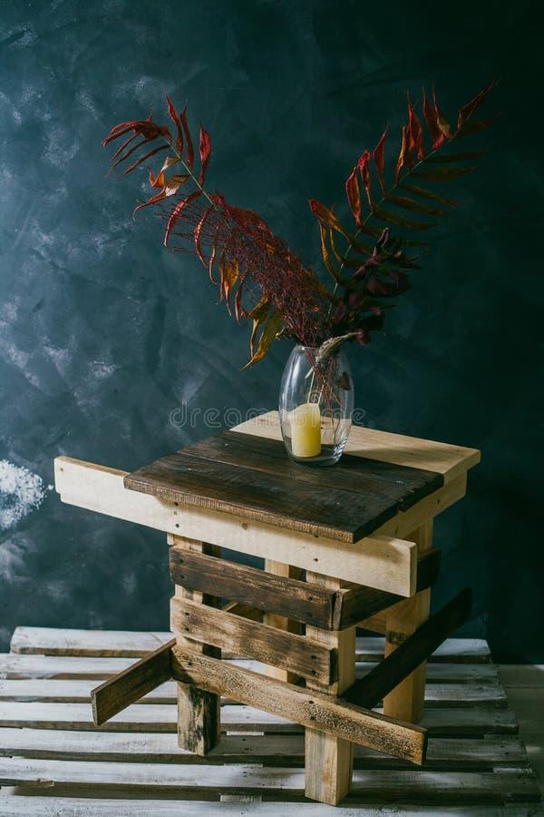 在花瓶的干燥叶子 椅子内部最近的葡萄酒白色视窗 可能 秋天 免版税库存照片