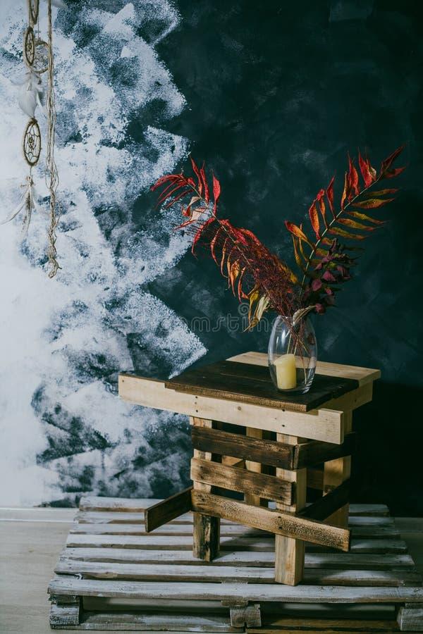 在花瓶的干燥叶子 椅子内部最近的葡萄酒白色视窗 可能 秋天 库存图片