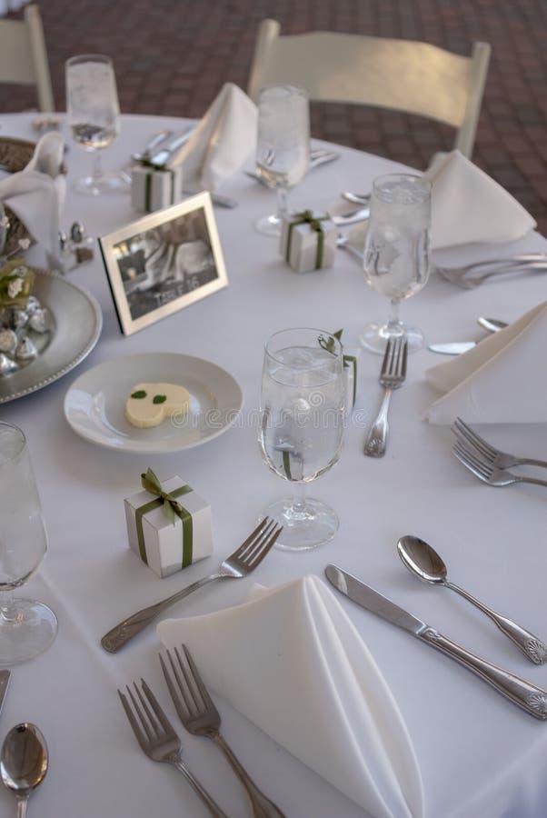 在花瓶的新娘花束在招待会桌上 库存照片