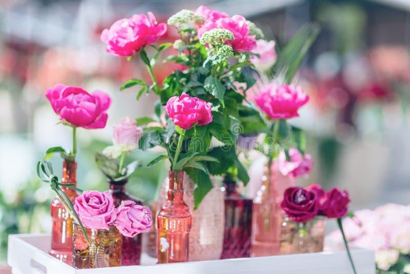 在花瓶的新鲜和装饰人为玫瑰 选择聚焦, 免版税库存照片