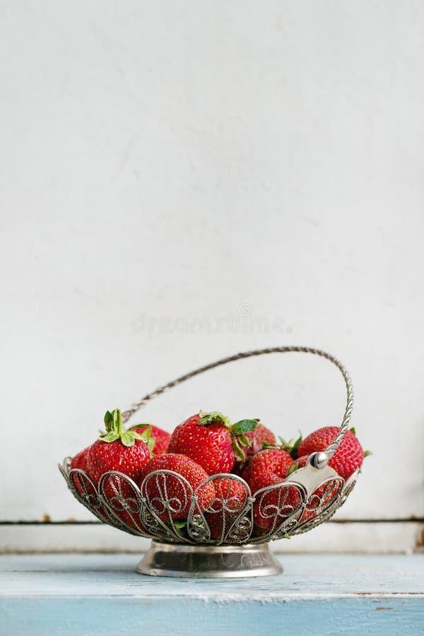 在花瓶的新鲜的草莓 库存照片