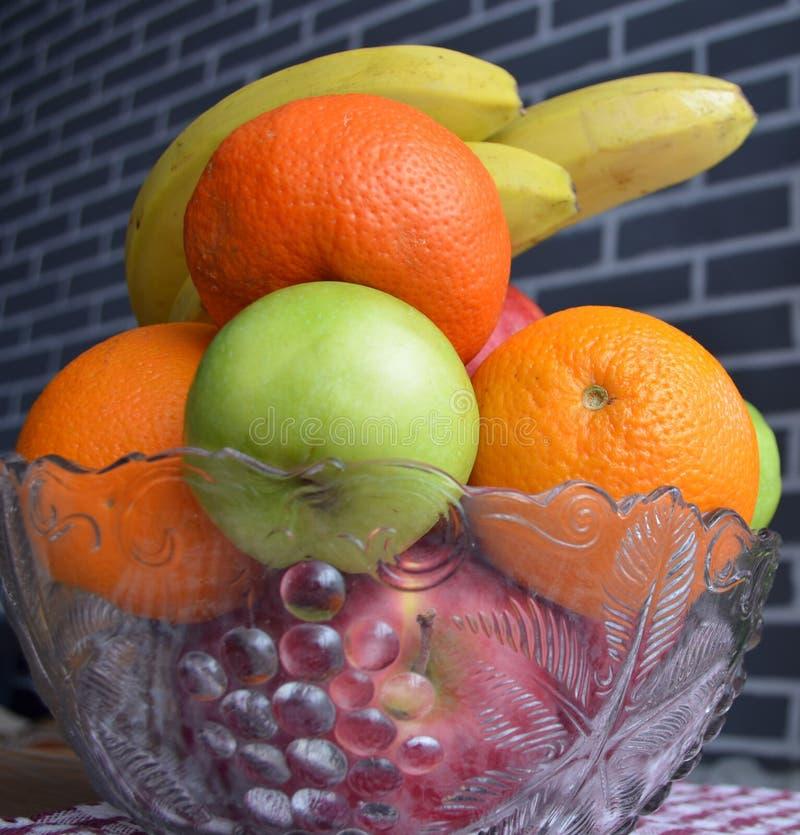在花瓶的果子 ?? 免版税库存照片