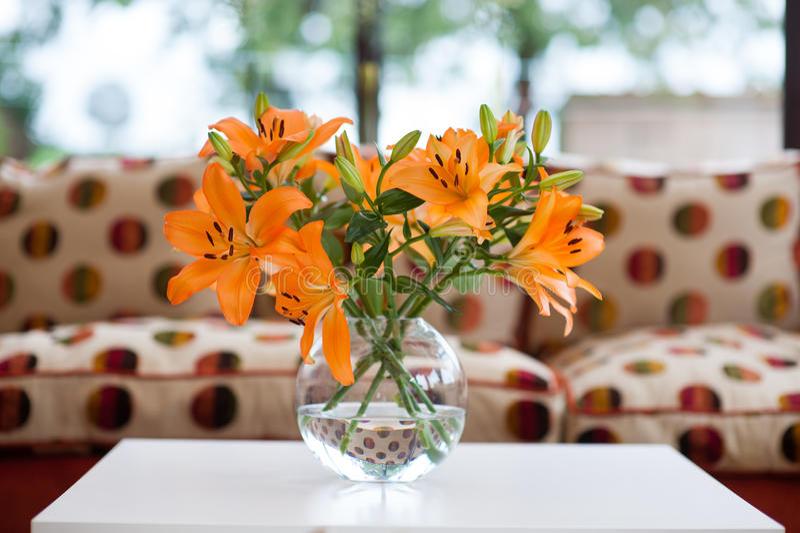 在花瓶的橙色百合 库存照片