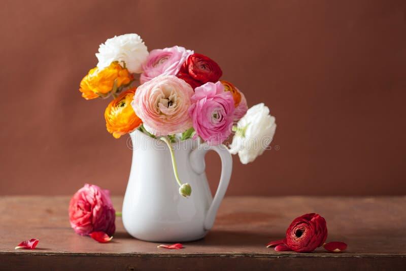 在花瓶的美丽的毛茛属花束 库存照片