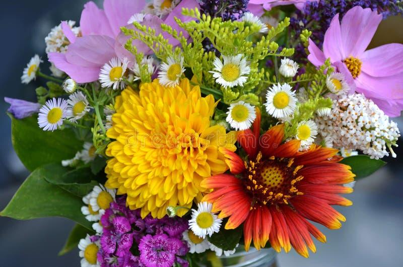 在花瓶的美丽的野花花束 免版税库存照片
