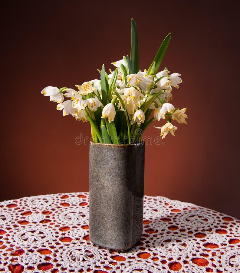 在花瓶的Snowdrops 免版税库存照片