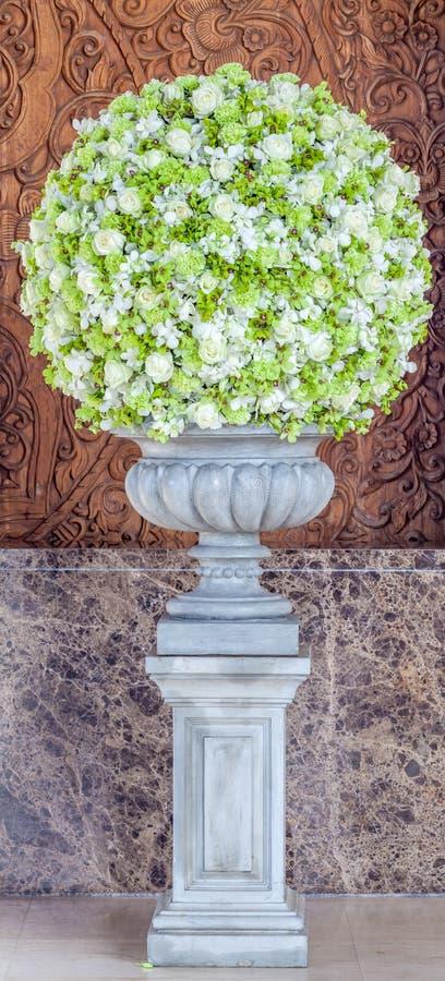 在花瓶装饰的大花花束在旅馆大厅 图库摄影