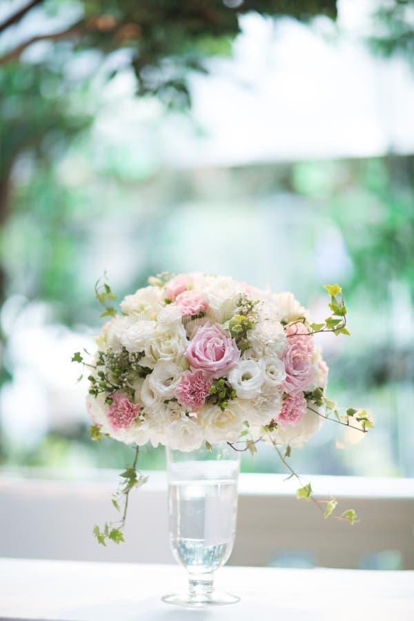 在花瓶玻璃的花在家 免版税库存照片