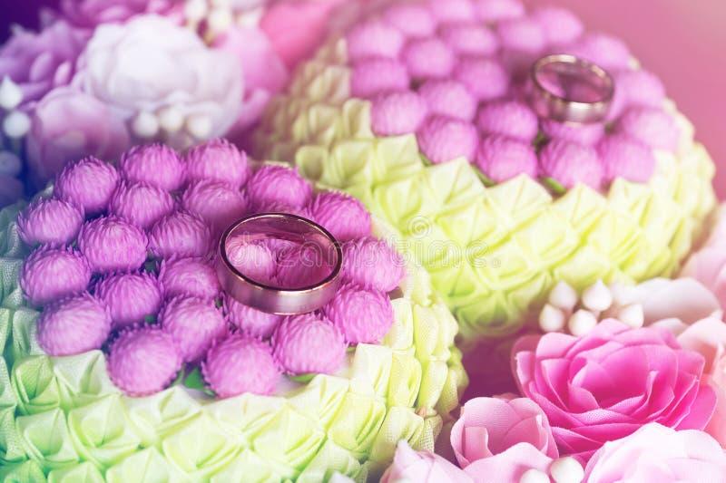 在花的婚戒在葡萄酒样式 免版税库存图片