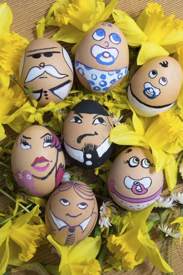 在花的愉快的蛋面孔家庭 免版税库存图片