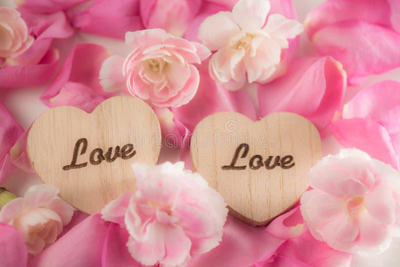 在花的被雕刻的词说明爱和浪漫史概念 免版税图库摄影