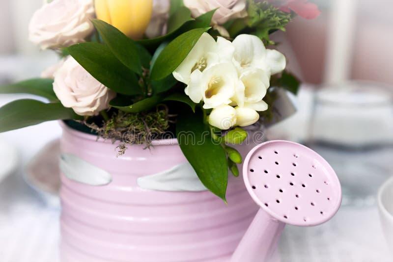 在花盆的浪漫花束以喷壶的形式 图库摄影