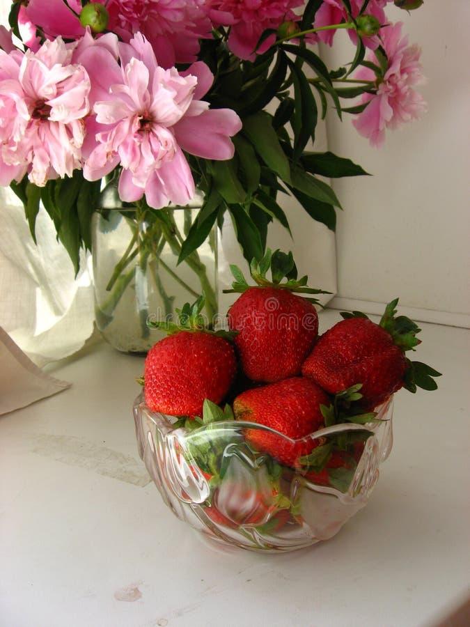在花背景的成熟莓果  库存照片