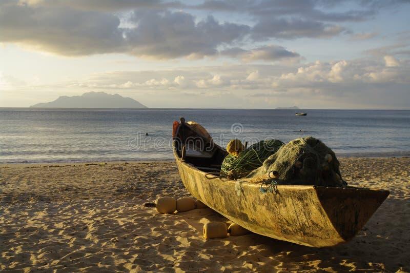 在花花公子Vallon海滩,塞舌尔群岛的老传统渔船 免版税库存照片