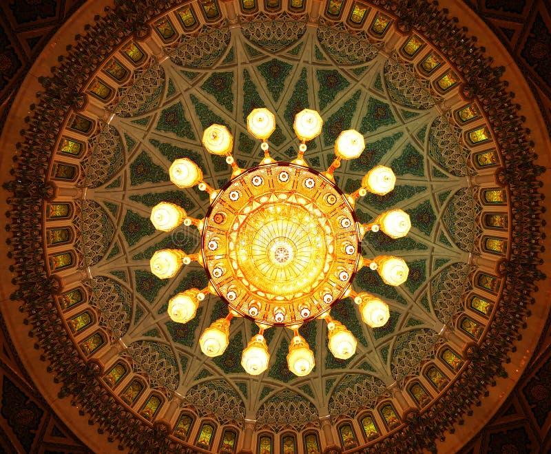在苏丹卡布斯盛大清真寺,马斯喀特,阿曼里面的水晶枝形吊灯 免版税库存图片