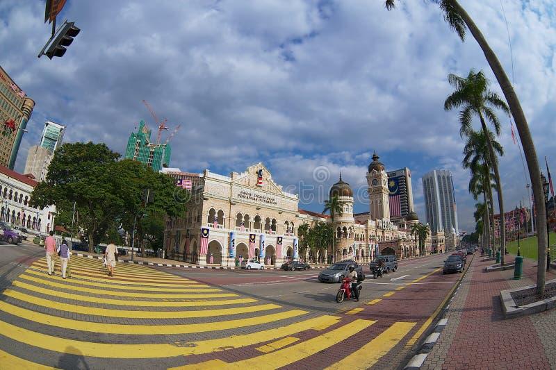 在苏丹阿卜杜勒萨玛德大厦前面的人发怒街道在独立正方形在吉隆坡,马来西亚 图库摄影