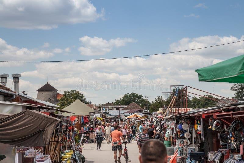 在苏博蒂察市场上的人群包装,也担任仲裁作为Buvlak 这是卖地方的一个主要旧货市场和中间人 库存照片