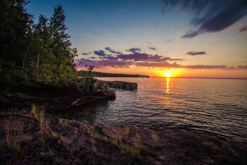 在苏必利尔湖岸的日落  免版税库存照片