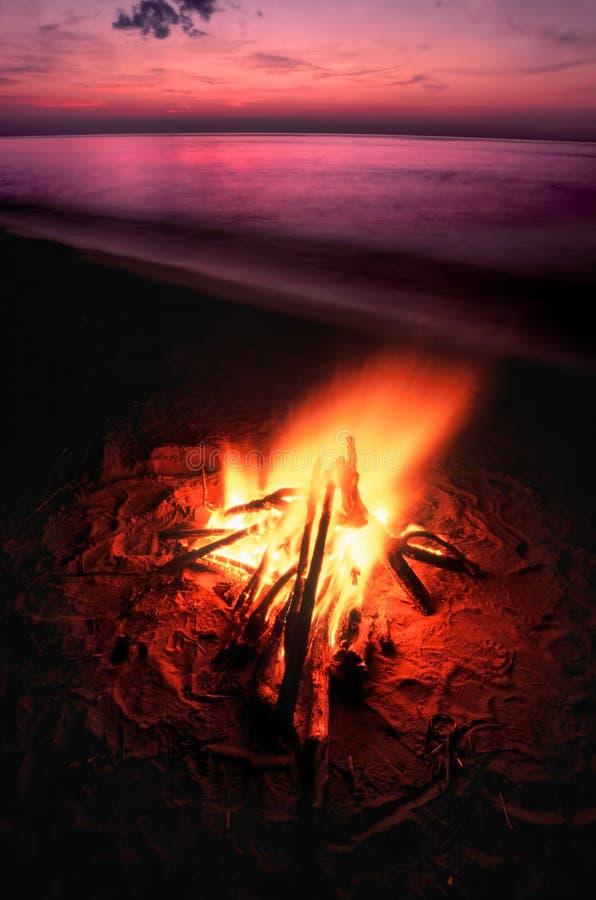 在苏必利尔湖的海滩营火 库存照片