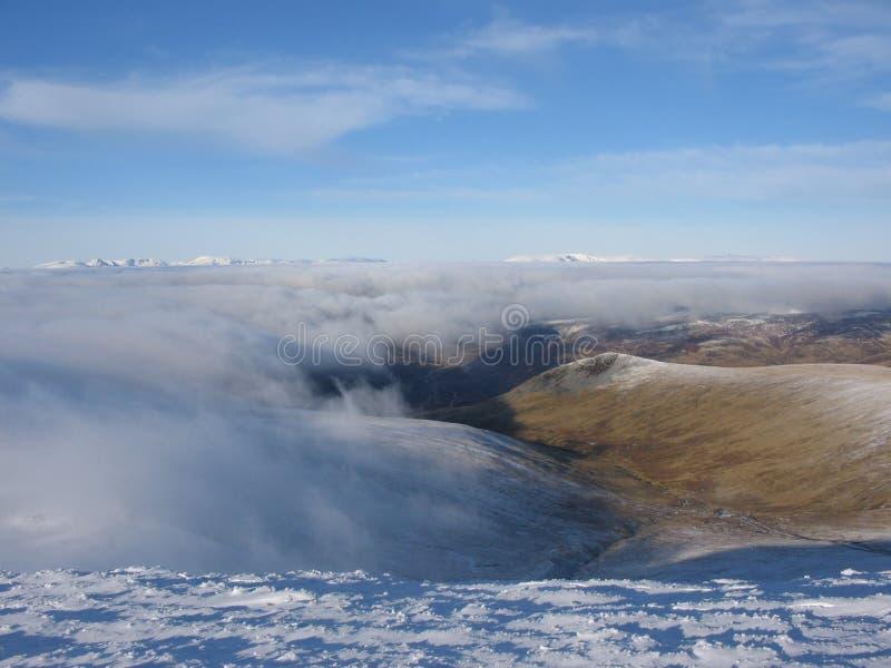 在苏格兰云彩的高地之上 免版税库存照片