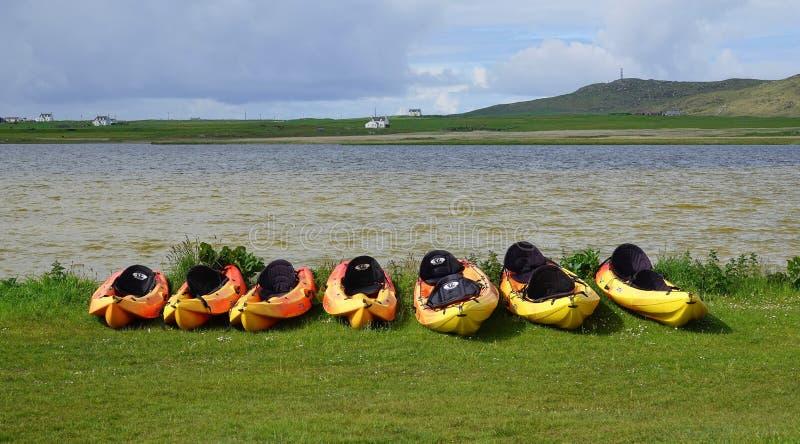 在苏格兰海湾岸的皮船  免版税库存照片