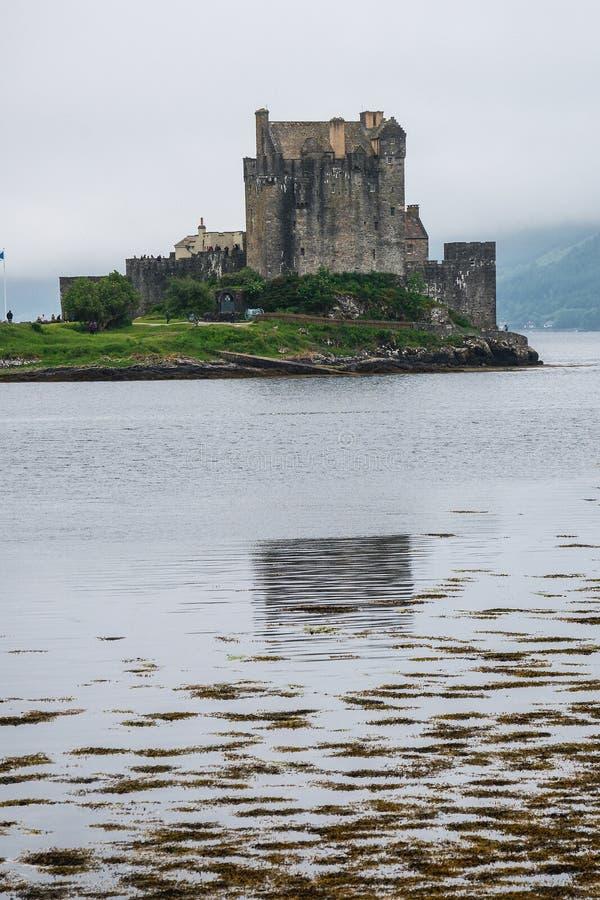在苏格兰薄雾,苏格兰,英国中的爱莲・朵娜城堡 库存照片