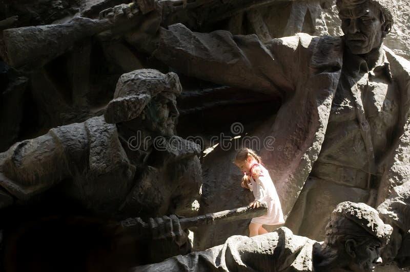 在苏联纪念碑前面的小女孩 图库摄影