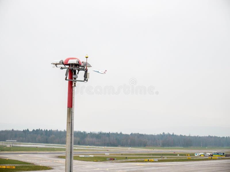 在苏黎世机场的平面起飞 库存照片