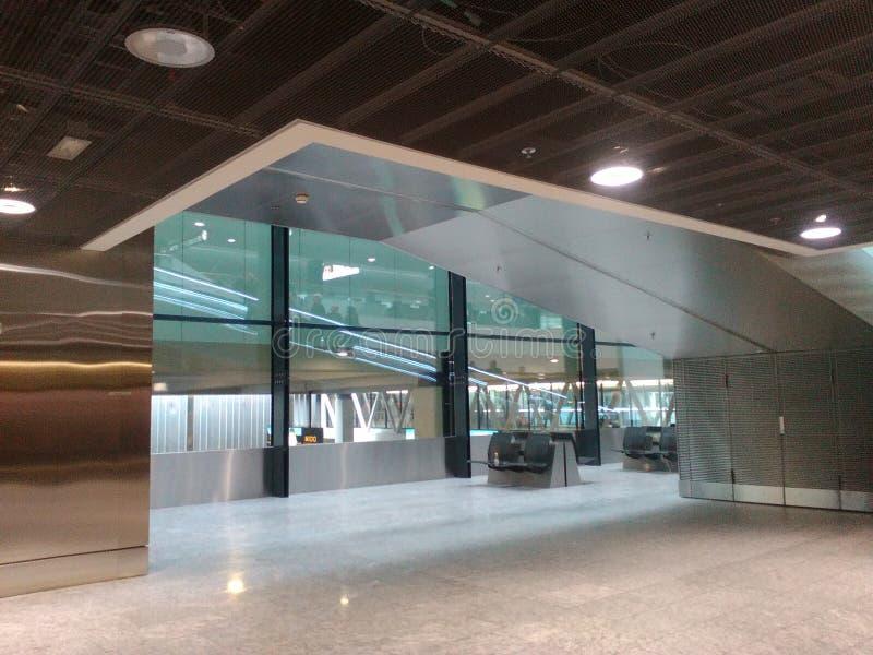 在苏黎世机场ZRH的霍尔的被反射的滚动的舷梯 图库摄影