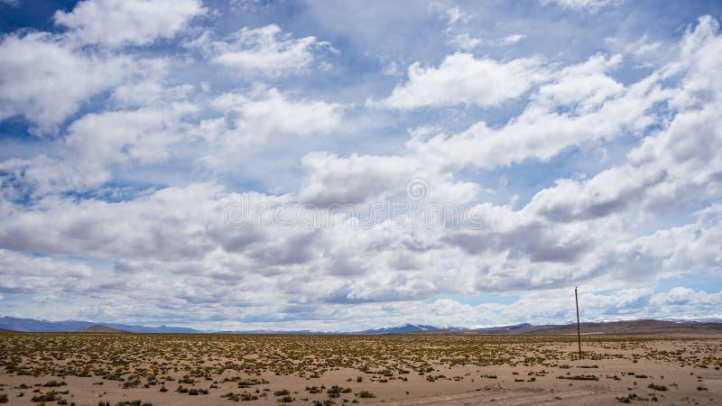 在苛刻的贫瘠风景的高处流动的小河与风景剧烈的天空 广角看法从上面在Andea的4000 m 图库摄影