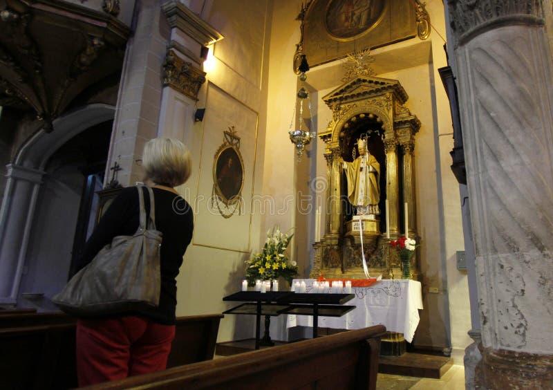 在若望保禄教皇教堂旁边的信徒在mallorcas教会里 免版税图库摄影