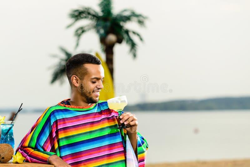 在英俊,微笑的墨西哥侍酒者身分的选择聚焦 库存图片